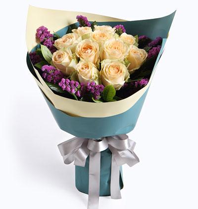 鲜花图片:99朵蓝色玫瑰心形排列,黄莺,满天星点缀