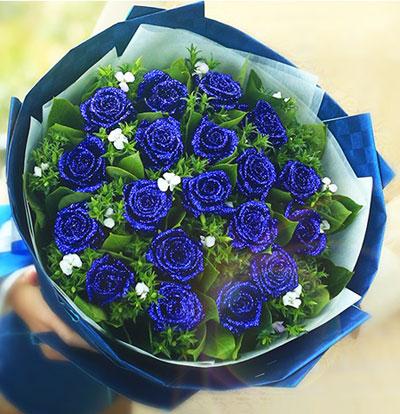 【花材】: 高档龙胆花束 【包装】: 精美玻璃花瓶 【附送】: 免费